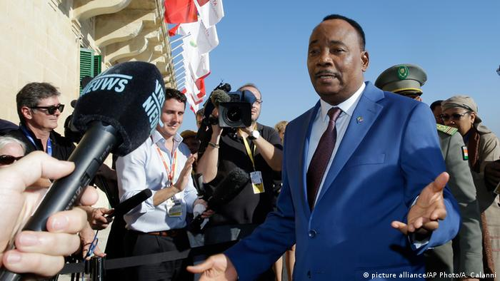 Issoufou Mahamadou, president of Niger, surrounded by journalists Copyright: picture alliance/AP Photo/A. Calanni
