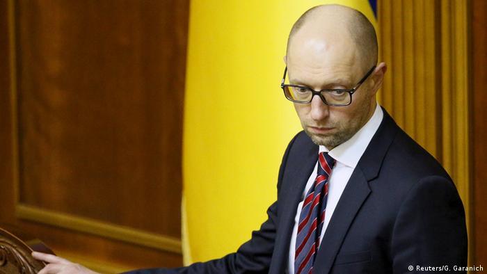 Arseni Jazenjuk im Parlament (Foto: Reuters)