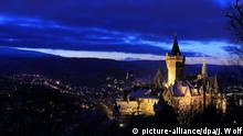 Deutschland Wernigerode Schloss blaue Stunde Fassadenbeleuchtung