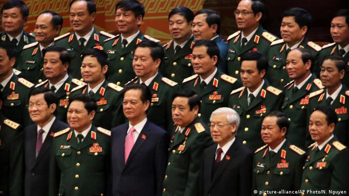 Vietnam Hanoi Präsident Truong Tan Sang und Ministerpräsident Nguyen Tan Dung inmitten von Militärs (picture-alliance/AP Photo/N. Nguyen)