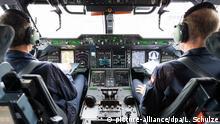 ARCHIV - ILLUSTRATION - Das Cockpit eines Flugzeuges des Typs Airbus A400M, aufgenommen am 07.11.2014 in Sevilla. Foto: Lukas Schulze/dpa (zu dpa «Forscher weisen weitere Schadstoffe aus Kabinenluft nach» vom 16.02.2016) +++(c) dpa - Bildfunk+++ (c)picture-alliance/dpa/L. Schulze