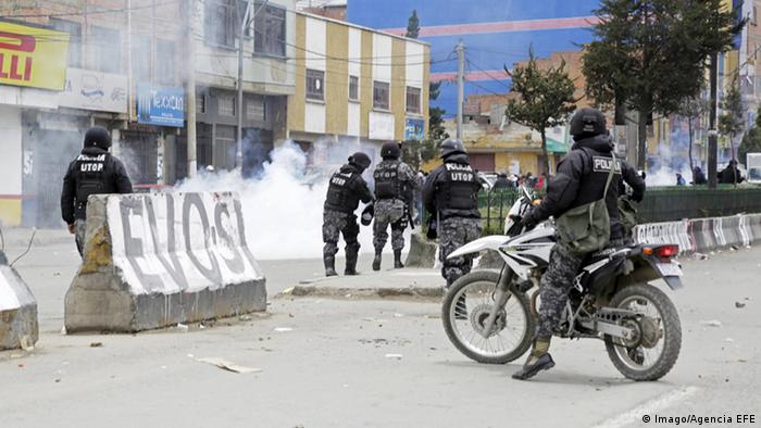 Policemen break up a demonstration that left six dead and thirty wounded at the city hall of El Alto, Bolivia