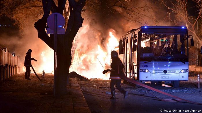 Türkei Anschlag in Ankara brennender Bus
