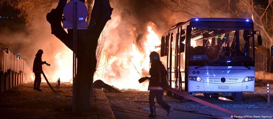 Carro-bomba foi jogado contra um comboio militar