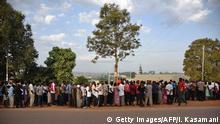 Uganda Wahlen Wähler Schlange vor Wahllokal