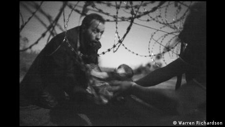 World Press Photo 2016 Flüchtlinge an den Grenzzaun bei Röszke Ungarn