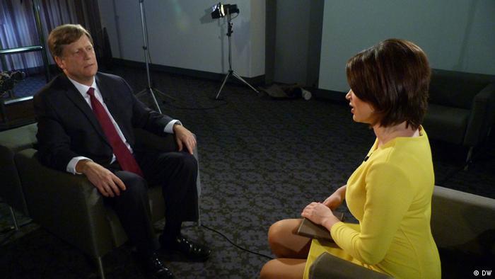 Экс-посол США в России Майкл Макфол беседует с журналисткой DW Жанной Немцовой