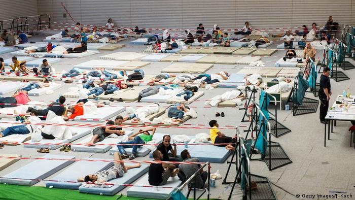 Deutschland Deggendorf Flüchtlinge in Turnhalle auf Matten ohne Abtrennung