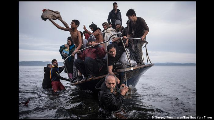 World Press Photo 2016 Kategorie General News Sergey Ponomarev Flüchtlingsboot vor Lesbos