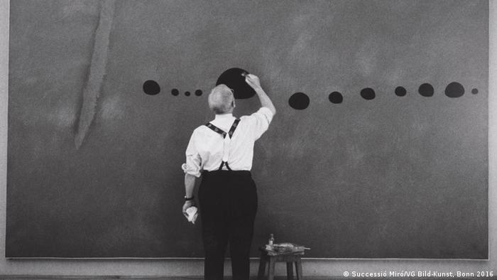 Miro malt auf die Wand