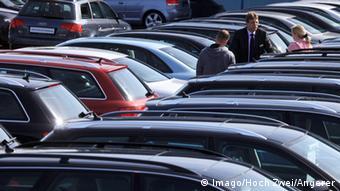 Покупатели на рынке подержанных автомобилей в немецком Аренсбурге