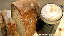 Glas mit Bier Dunkelbier und Brot