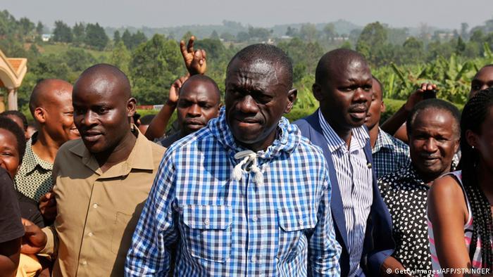Uganda Rukungiri Kizza Besigye beim Wahllokal
