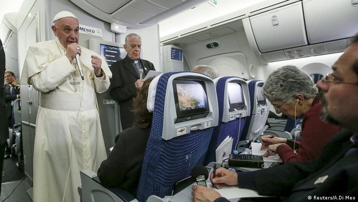 Papst Frankziskus spricht auf dem Rückflug nach Rom zu Journalisten (Foto: Reuters)