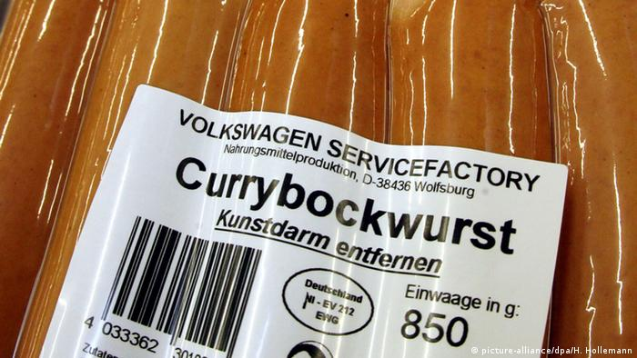 Deutschland Wolfsburg Currybockwürste mit VW Schriftzug