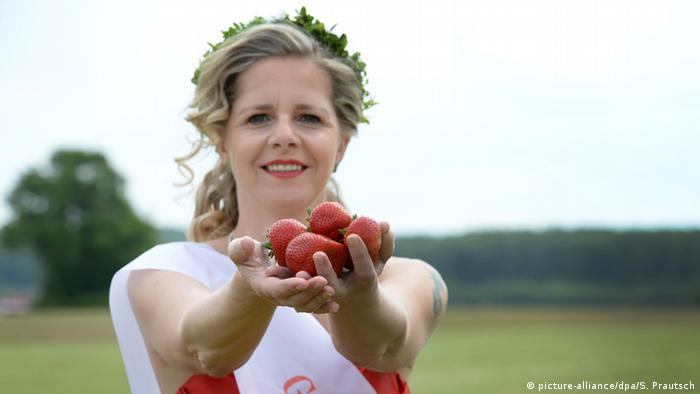Strawberry queen Britta I, Copyright: picture-alliance/dpa/S. Prautsch