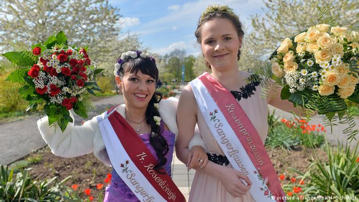 Rosarium mit neuer Rosenkönigin und Rosenprinzessin