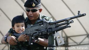 Thailand Bangkok Nationaler Kindertag Soldat Kind MG