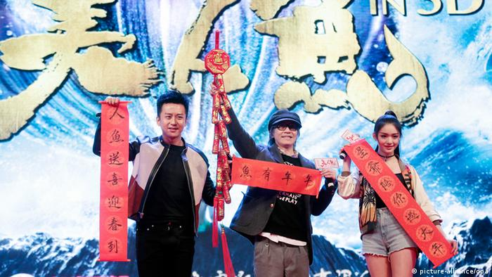 Deng Chao, Stephen Chow, Lin Yun bei einer Promotion zum Film The Mermaid (picture-alliance/dpa)
