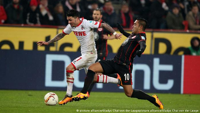 El mexicano Marco Fabián, en uniforme oscuro, en su más reciente actuación en la Bundesliga contra el Colonia.