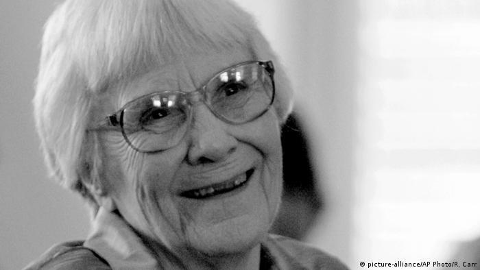 Autorin Harper Lee als alte Frau mit Brille, sie lächelt