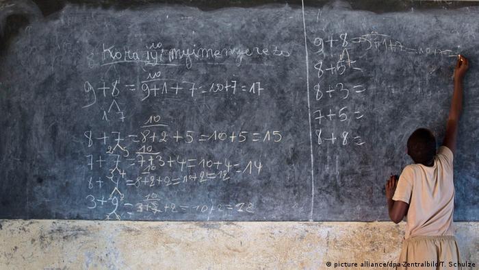 Burundi Mädchen schreibt auf Tafel