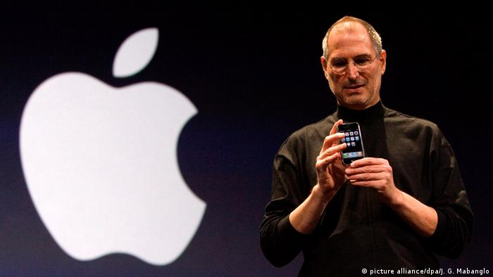 Steve Jobs mit Apple iPhone (picture alliance/dpa/J. G. Mabanglo)