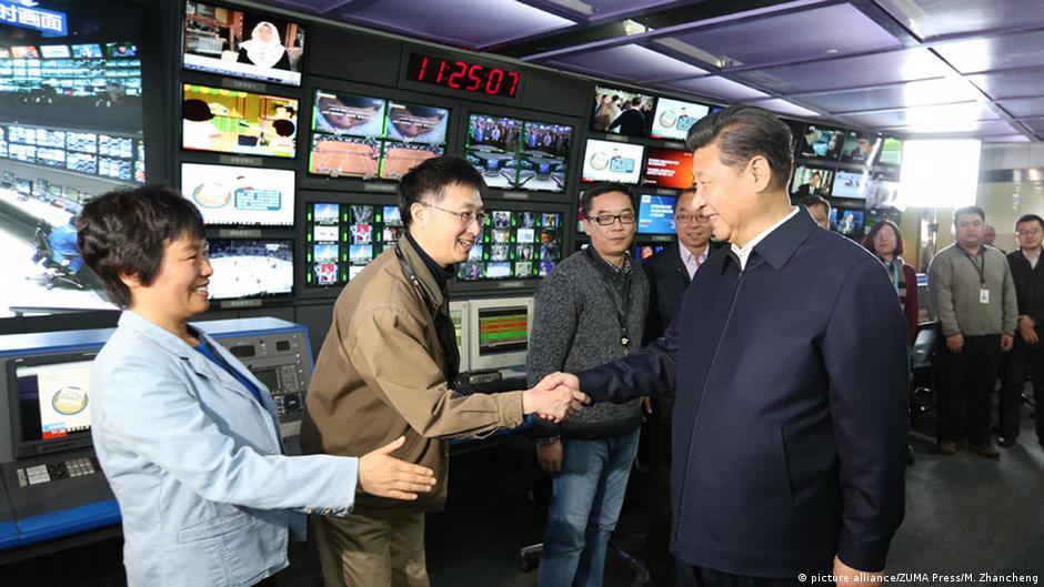 中國官媒中央電視台和新華社與人民日報都有「台灣頻道」或節目,不過這些被篩選呈現的內容與台灣主流民意差距甚遠。圖為中國國家主席習近平2016年訪問中央電視台畫面。