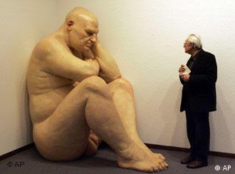 Escultura sem título (Homem Gordo) de Ron Mueck de 2000: celebração ou denúncia?