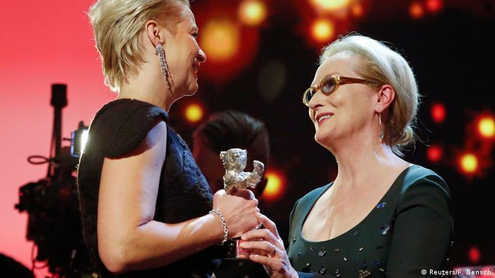 Trine Dyrholm erhält von Meryl Streep den Silbernen Bären bei der Berlinale 2016. (Reuters/F. Bensch)