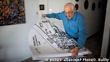 ARCHIV 2010 *** FILE -- In this Oct. 31, 2010 file photo, Holocaust survivor Samuel Willenberg displays a map of Treblinka extermination camp during an interview with the Associated Press at his house in Tel Aviv, Israel. Willenberg, the last survivor of Treblinka, the Nazi death camp where 875,000 people were killed, has died, Friday, Feb. 19, 2016, at 93. Willenberg was among a group of Jews who in 1943 set fire to the camp and headed to the woods. Hundreds fled, but most were killed by Nazi troops in the surrounding mine fields or captured by Polish villagers. (AP Photo/Oded Balilty, File) © picture-alliance/AP Photo/O. Balilty