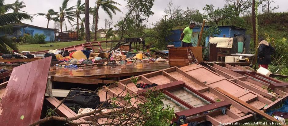 Ventos violentos e chuvas torrenciais destruíram casas, cortaram energia, água e comunicações em Fiji