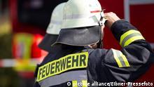 Themenbild - Feuerwehr Bild: Feuerwehrmann im Einsatz mit Feuerwehrhelm und Feuerwehranzug von hinten Symbolbild, Themenbild, Featurebild, Feuerwehr; Copyright: picture alliance/Eibner-Pressefoto