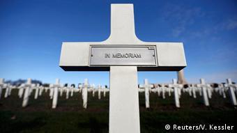Gedenkkreuz auf dem Douaumont-Friedhof nahe Verdun, wo die Gebeine von über 130.000 nicht identifizierten französischen und deutschen Soldaten liegen. Foto: Reuters/V. Kessler