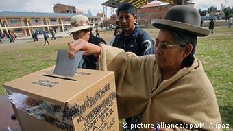 Bolivien Referendum Verfassunsgreform Wählerin