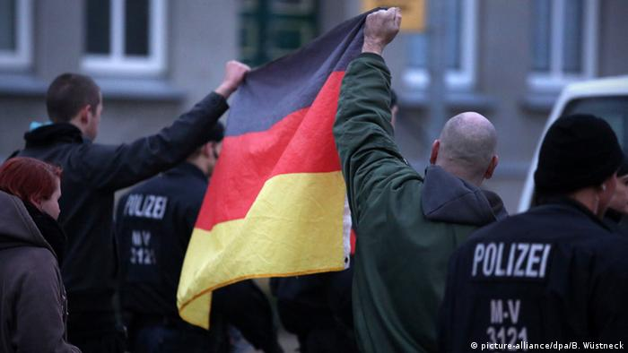 Nationalist demonstrators holding a German flag (picture-alliance/dpa/B. Wüstneck)