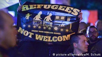 Демонстранты с плакатом против беженцев в Эрфурте, октябрь 2015 года