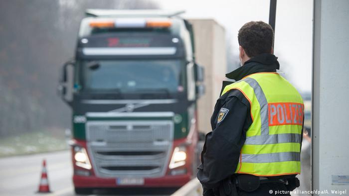 Deutsch-österreichische Grenze Grenzkontrolle LKW Bundespolizei (picture-alliance/dpa/A. Weigel)