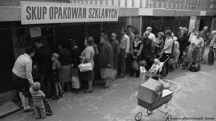 Polen Lodz Schlange vor Lebensmittelgeschäft Versorgung