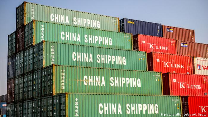 China Containerhafen Shanghai Container Wirtschaft Export (picture-alliance/dpa/O. Spata)