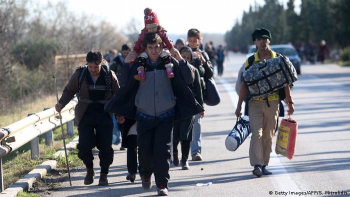 Griechenland Idomeni viele Flüchtlinge gehen auf Landstraße