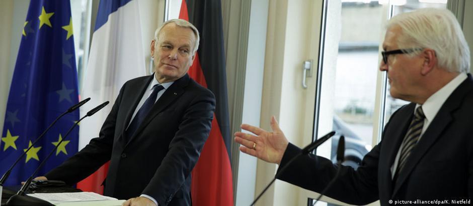 Ministros do Exterior da Alemanha, Frank-Walter Steinmeier (dir.), e da França, Jean-Marc Ayrault, em Berlim