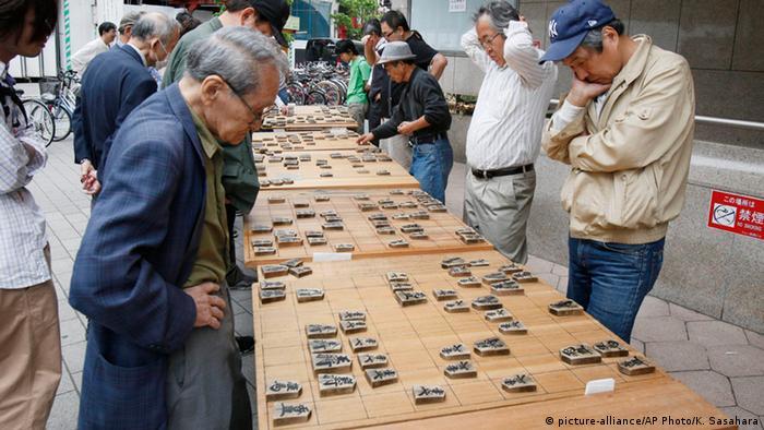 BG Strategiespiele Tokyo Männer spielen Shogi