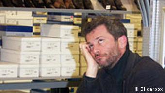 Mann langweilt sich waehrend Partnerin shoppt