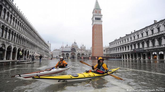 Pessoas andam de caiaque durante inundação em Veneza