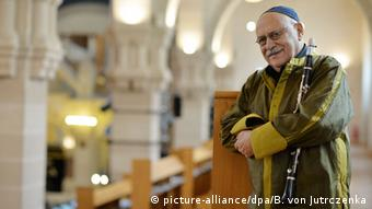 Giora Feidman in the Berlin Synagogue. Photo: Bernd von Jutrczenka / dpa