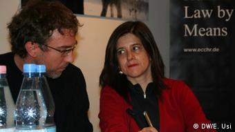 Jan Stehle (izqda.), politólogo del Centro de Investigación y Documentación Chile-Latinoamérica, y Magdalena Garcés, abogada chilena. (2016).