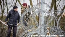 Dezember 2015 *** RIGONCE, SLOVENIA-- Slovenian soldiers began patrolling the newly built border fence that separates Slovenia from Croatia. The fence was built in December, 2015, to keep undocumented migrants and asylum-seekers from illegally entering the country. (Photo by Jodi Hilton/NurPhoto) Copyright: picture alliance/NurPhoto/J. Hilton