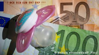 Детская соска на купюрах в 50 и 100 евро