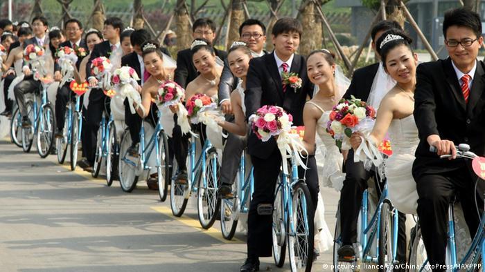China Xuzhou Brautpaare auf Fahrrädern BG Massenhochzeit (picture-alliance/dpa/ChinaFotoPress/MAXPPP)